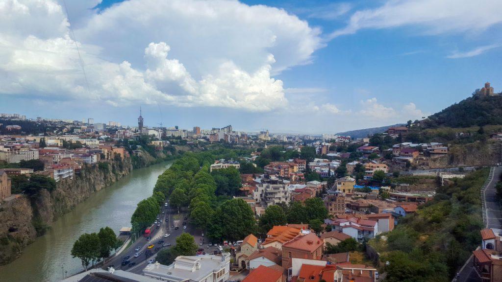 نهر كورا وطبيعة مباني العاصمة