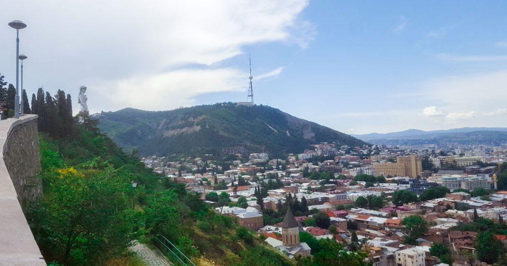 تمثال الملكة تمارا (يسار) تبدو وكأنها تحرس المدينة من أعلى التل مستلةً سيفها