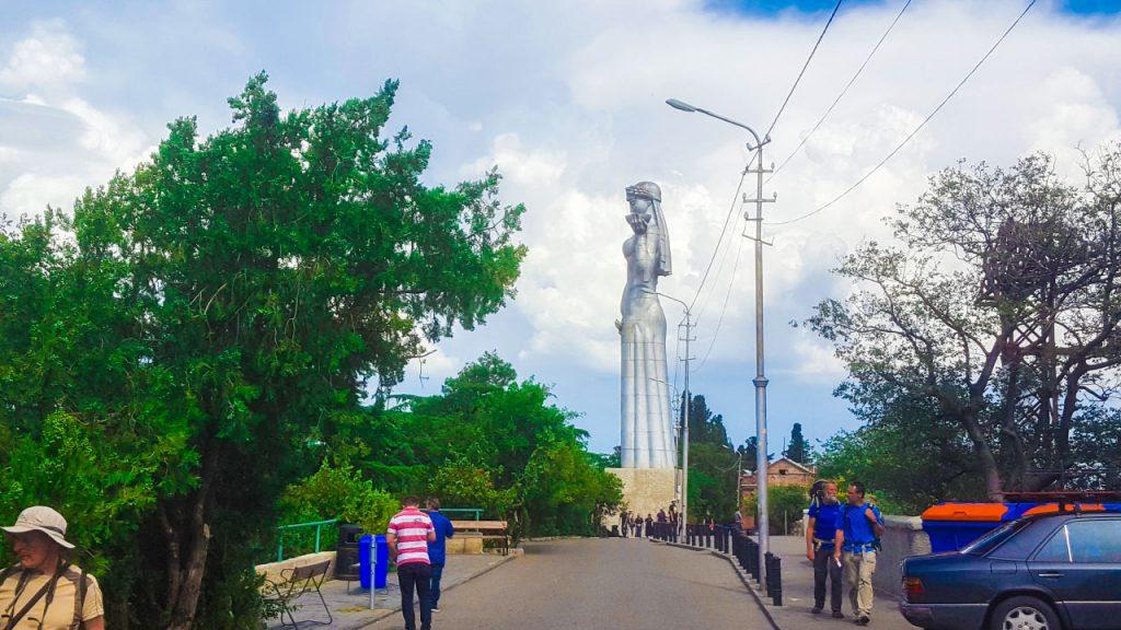 تمثال الملكة تمارا من الجهة الآخرى