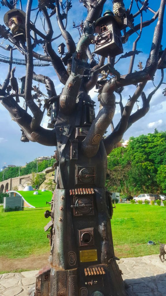 شجرة نحاسة، تبدو وكأنها قفزت من عالم هاري بوتر