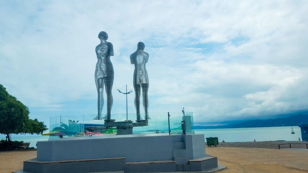 تمثال الحب، يجسد قصة الحب بين علي (من آذربيجان) و نينو (أميرة جورجيا)