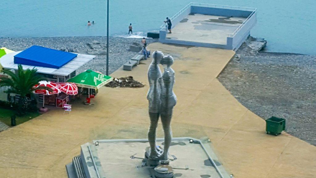 التمثالان يتحركان ببطء ليقبلا بعضهما ثم يندمجان في كيان واحد ومن ثم يفترقان